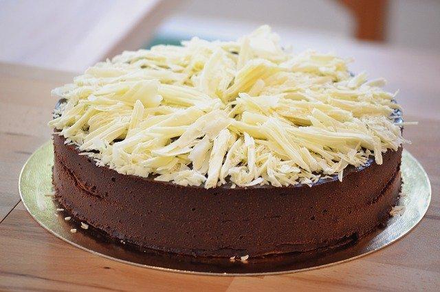 Dark chocolate cake with white chocolate shavings